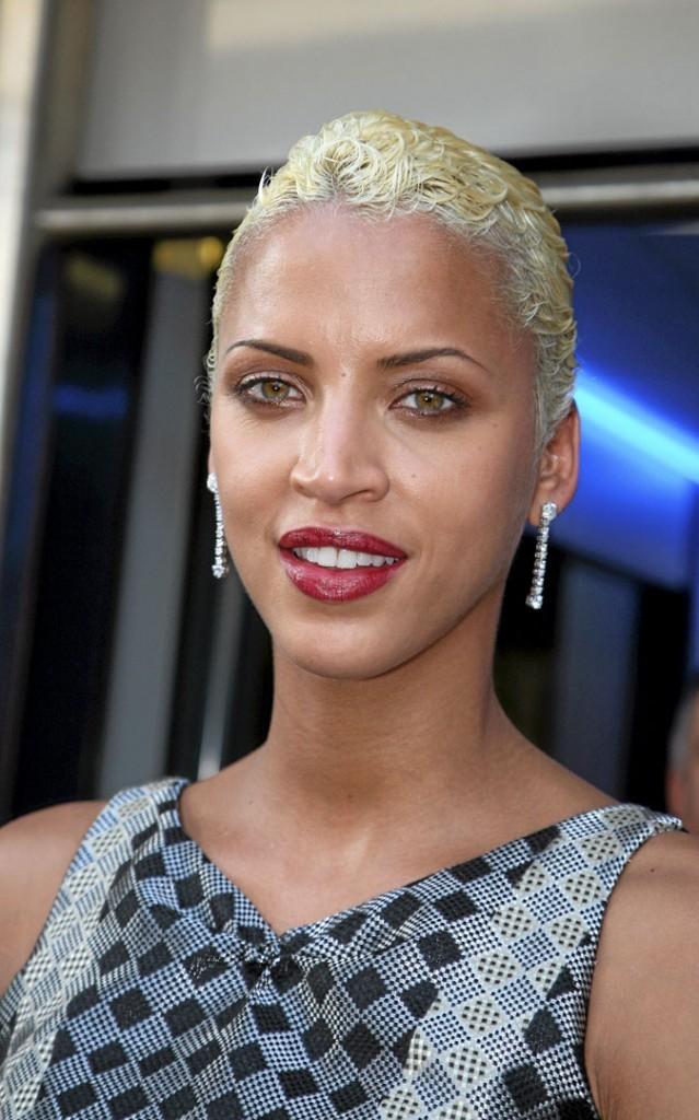 Cheveux afro : la coupe courte blonde de Noémie Lenoir