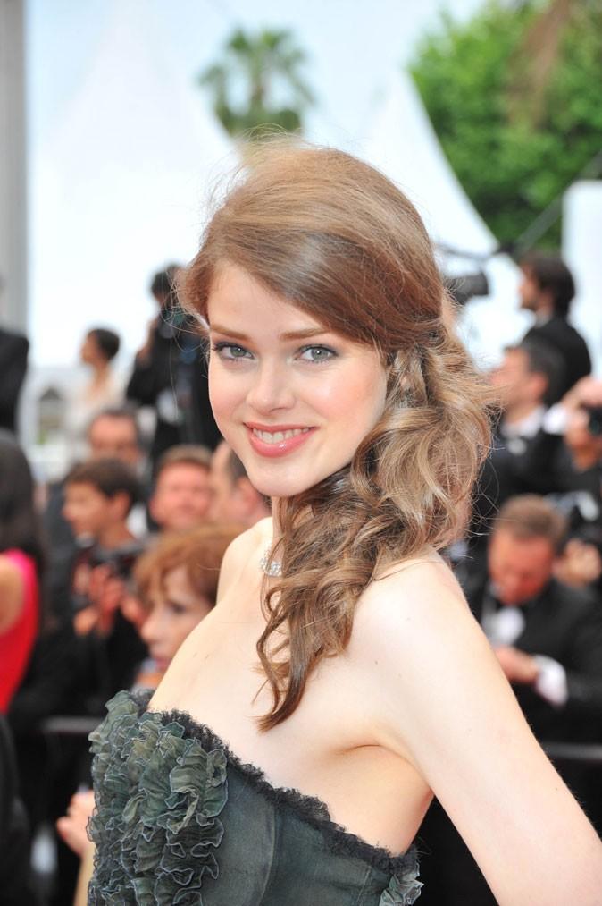 http://cdn-public.ladmedia.fr/var/public/storage/images/look/beaute-coaching/festival-de-cannes-2011-les-astuces-des-plus-belles-coiffures-de-stars-!-42471/coiffure-de-star-au-festival-de-cannes-2011-la-queue-de-cheval-sur-le-cote-de-julia-saner-47241/388097-1-fre-FR/Coiffure-de-star-au-Festival-de-Cannes-2011-la-queue-de-cheval-sur-le-cote-de-Julia-Saner_portrait_w674.jpg