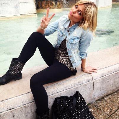 Veste-en-jean-top-argente-boots-cloutees-et-sac-Les-Envahisseurs_portrait_w674