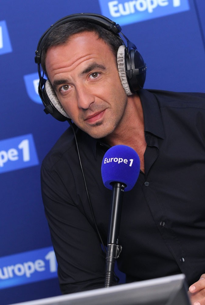 http://cdn-public.ladmedia.fr/var/public/storage/images/news/photos/exclu-public-on-a-teste-les-nouvelles-matinales-radio-aujourd-hui-europe-1-101721/nikos-aliagas-sur-europe-1-101723/849137-1-fre-FR/Nikos-Aliagas-sur-Europe-1_portrait_w674.jpg