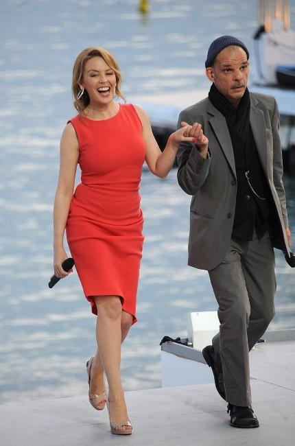 """KYLIE MINOGUE - """"K25"""" - Page 29 Kylie-Minogue-et-Denis-Lavant-sur-le-plateau-du-Grand-Journal-a-Cannes-le-23-mai-2012_portrait_w674"""